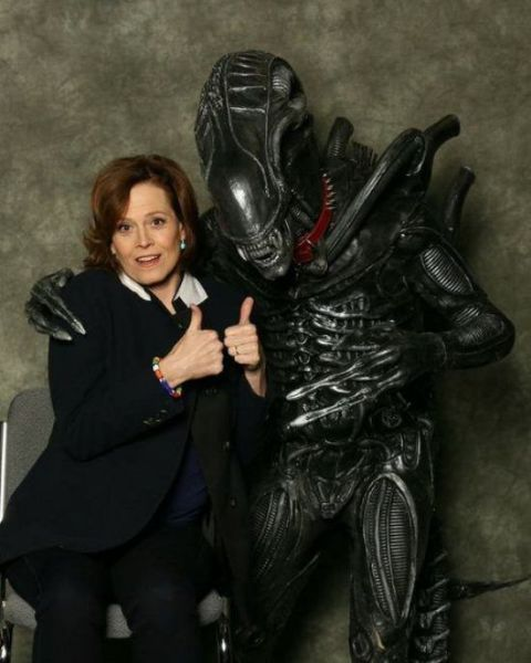 sigourney-weaver-con-picture-alien-thumbs-up-13990717250